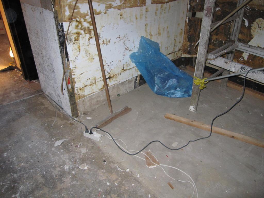 Tapeten Von Decken L?sen : Der vordere Lagerraum wurde aufger?umt. Dort befindet sich jetzt