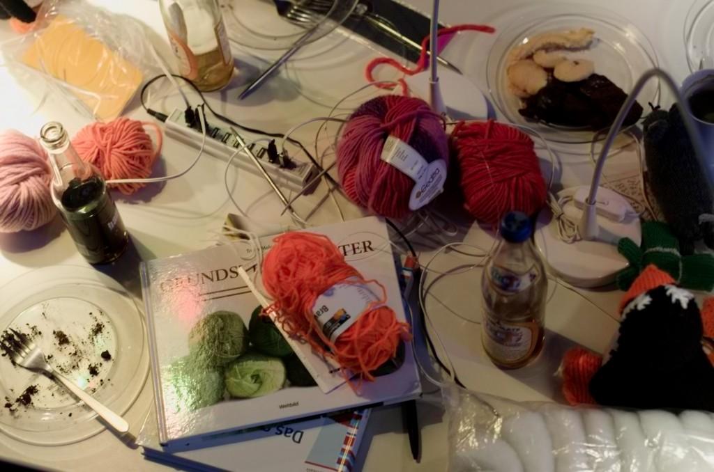 Tisch voller Dinge